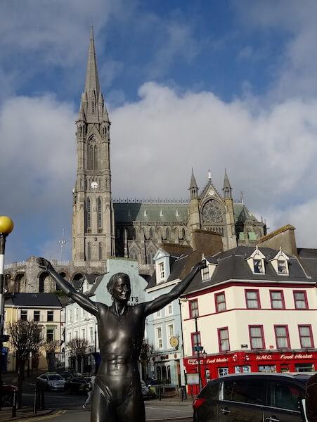 雕像位於海港城鎮Cobh,背景是St. Colman's Cathedral。相信Phoenix拍下雕像那一刻,應該與它一樣開心。