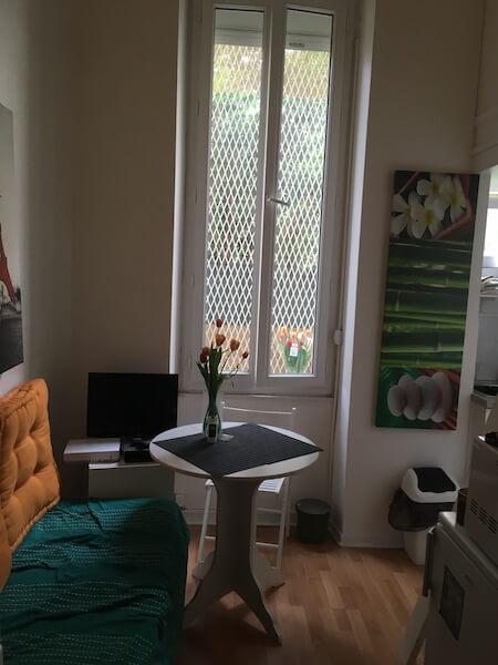 第一次一個人搬出來,住在巴黎城郊一間 小小studio。蘇靈茵最記得,每天同一時間有同一隻白鴿來到窗前,吃去她放下的麵 包屑。她喜歡閣樓的一線天窗,爬到房頂可以看到巴黎萬家的鋅鐵屋頂。