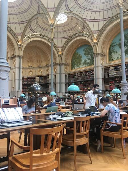 去圖書館工作,只因為冷氣萬歲。