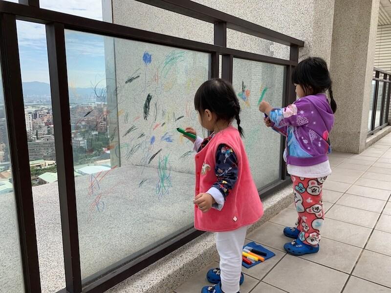 Carmen沒有想過自己有一天會住在台灣,沒有想過會有一個露台,可以掛上她從西藏和尼泊爾買的彩幡,讓孩 子在彩幡飛揚下畫畫。