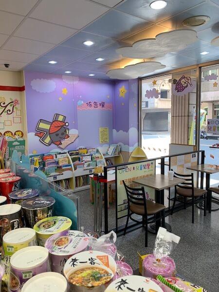 台灣便利店設有圖書閣,而且有位可坐。