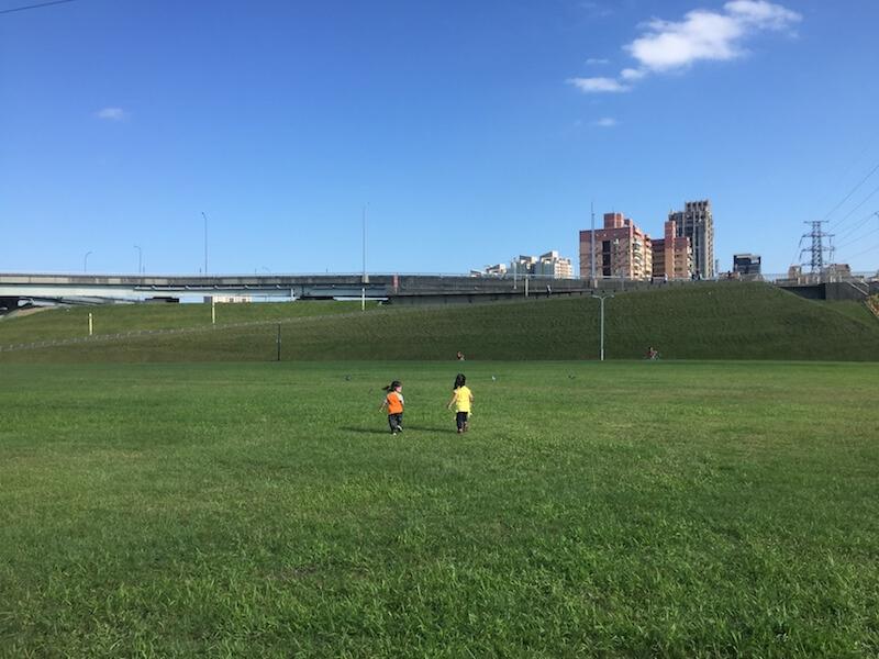 公園和草地都離捷運站不遠,小孩可以自由奔跑。