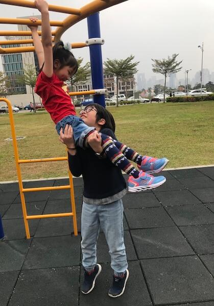 兩兄妹在台中一個公園玩耍,Yvonne 為他們攝下美好的一刻。