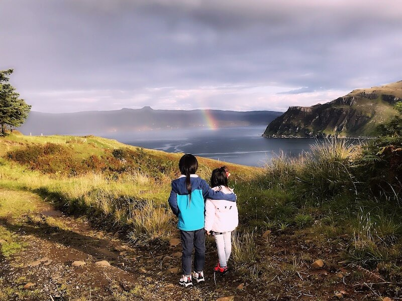 待在蘇格蘭五個月,一家人都愛上追彩虹。在Isle of Skye遇上伸手可及的彩虹,像是遇上魔法一樣。