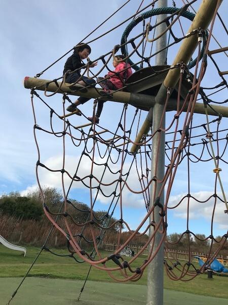 在蘇格蘭Balmedie Country Park,兩兄妹爬上繩網的秘密基地說悄悄話。