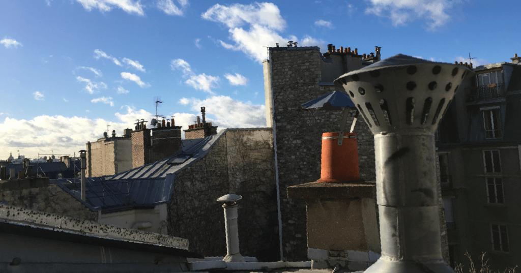 她喜歡閣樓的一線天窗,爬到房頂可以看到巴黎萬家的鋅鐵屋頂。