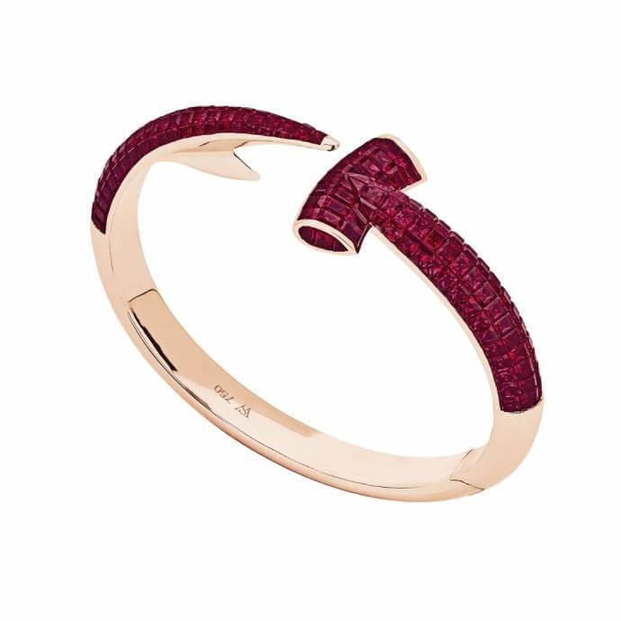 倫敦新派珠寶設計師Stephen Webster也選用品牌寶石,為貴氣的紅寶石注入年輕前衞的感覺。
