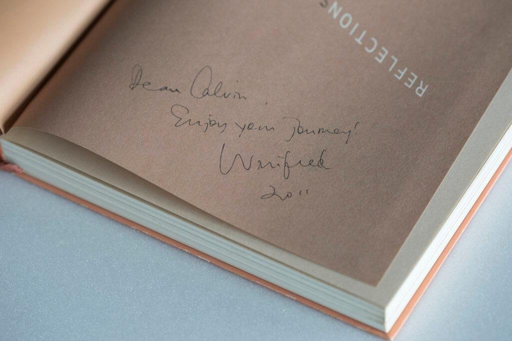 """黎堅惠在書角寫下了""""Dear Calvin, Enjoy your journey, Winifred 2011""""。"""