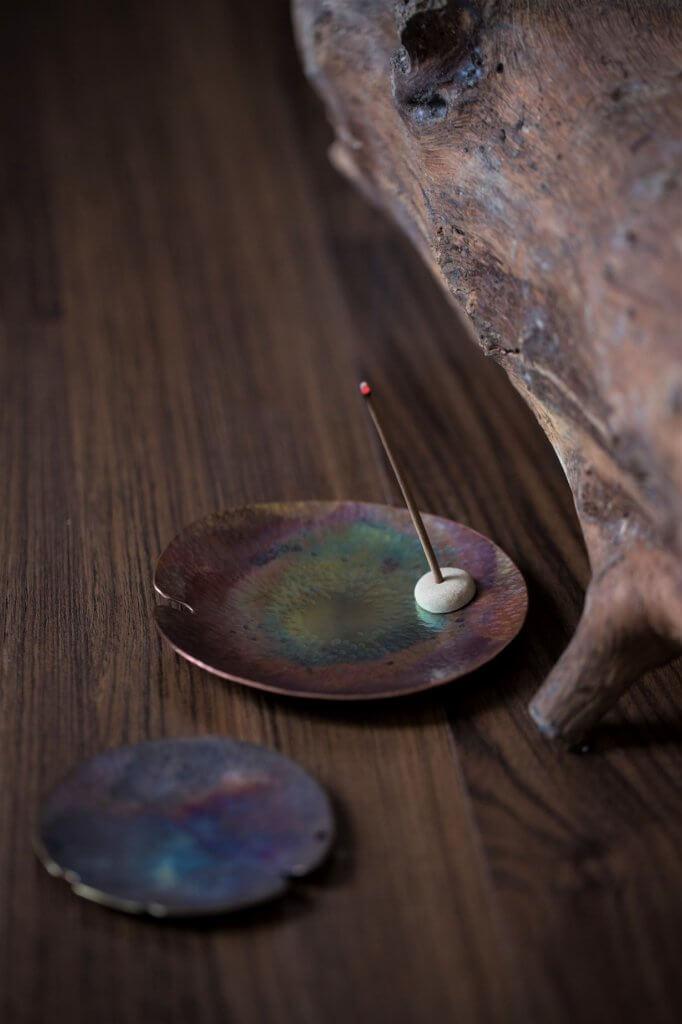 鍛敲荷葉銅碟,慢慢欣賞能看出更多細節。$350 (小),$480( 大)