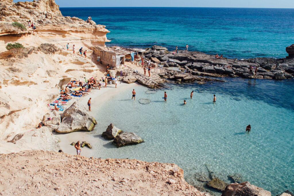 Jonathan Anderson小時候曾去過Ibiza,被島上的地中海風情深深吸引。