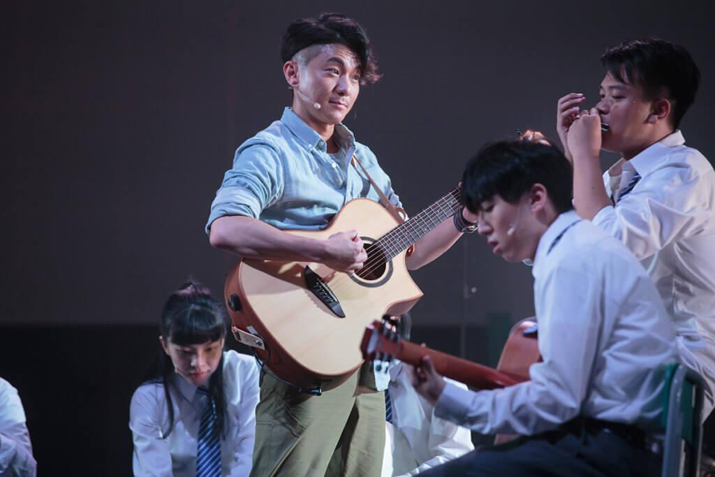 周國賢飾演音樂老師,也參與音樂創作。