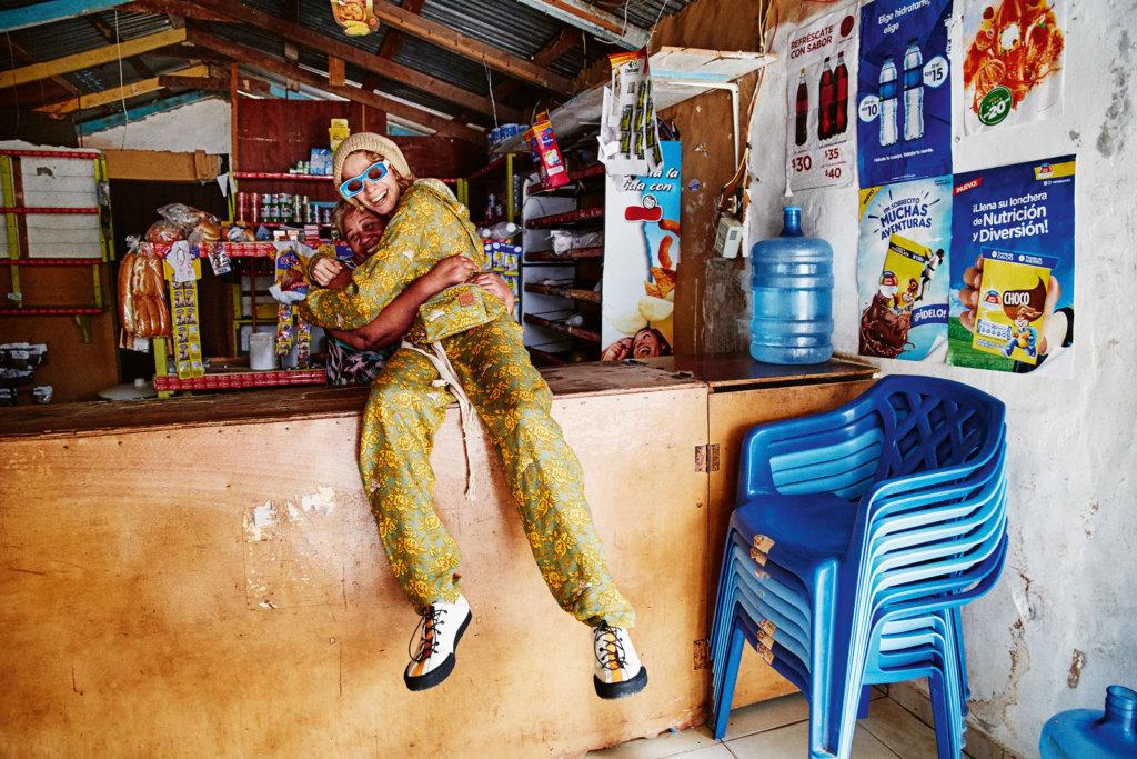 時裝攝影師Gray Sorrenti特地邀請多明尼加當地居民參與拍攝,將高級時裝融入歡樂氣氛。 Jacket $8,650, Trousers $5,950 All By Loewe Paula's Ibiza 2019