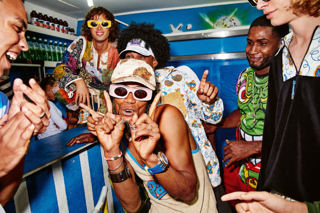 一眾模特兒與當地居民玩成一片,跳舞、唱歌、喝酒、大笑、玩樂,甚至融入當地生活,例如騎車或買水果等生活畫面。 Sunglasses $2,800 By Loewe Paula's Ibiza 2019
