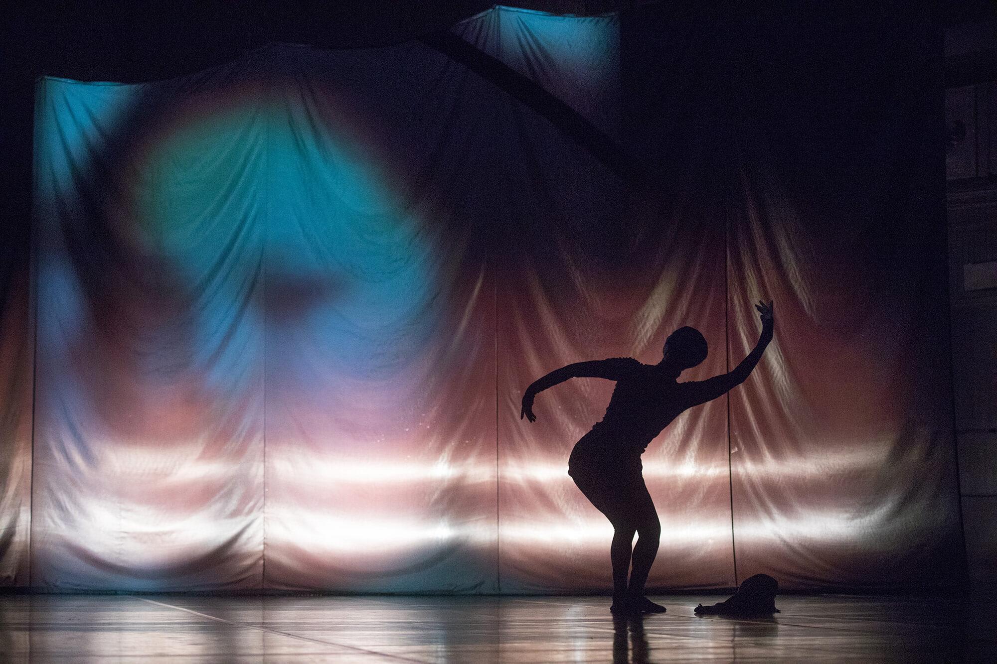 《Almost 55喬楊》在今年1月首演,整齣舞作只有喬楊一個人在台上。(攝影:Moon 9 Image)