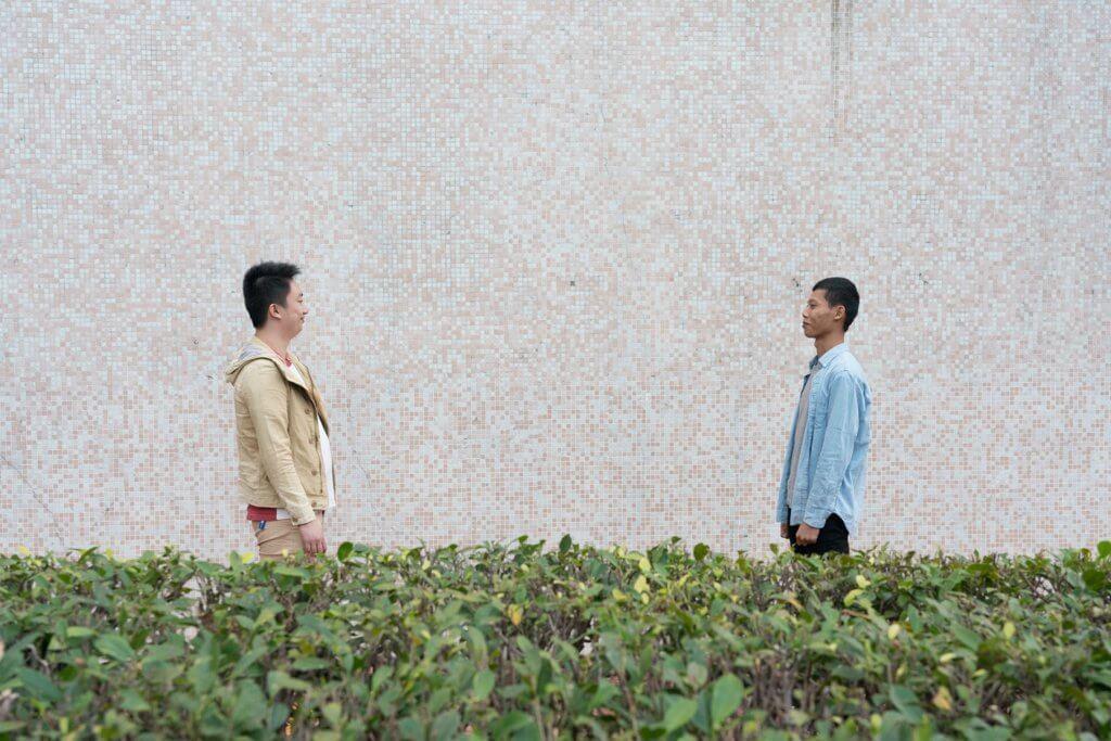 阿進(左)當上朋輩支援員,接觸居住利民會院舍的威仔。威仔認為自己不能上班、拍拖,生活很苦悶。阿進謂自己出院後兩三年都覺得苦悶,經常睡似浪費時間,但回想那是「充電」。