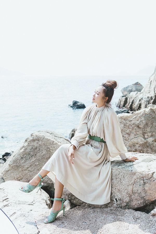 棉紡絲綢連身裙、小牛皮腰帶及小羊皮涼鞋 All by Loro Piana