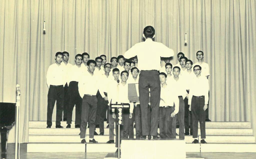 舊生以往參與合唱團排練的照片,其中在第二排左邊的第一位,便是學生時期的任志剛。