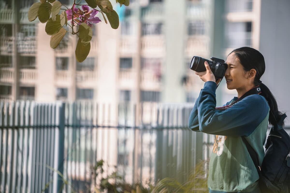 電影中,菲傭姐姐(Crisel Consunji飾)在狹縫中追逐攝影夢。陳小娟自言自己也是個追夢的人,所以最終放棄銀工的高薪厚職,轉行拍電影。