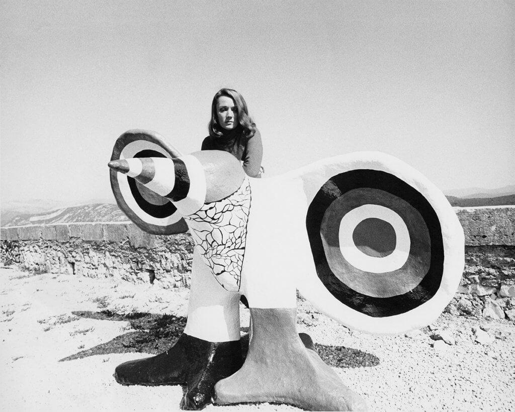 妮基的身份多變,是模特兒、雕塑家、畫家、電影導演等等,這張相片是她第一套電影《Daddy》時所拍攝。(法國五月提供)