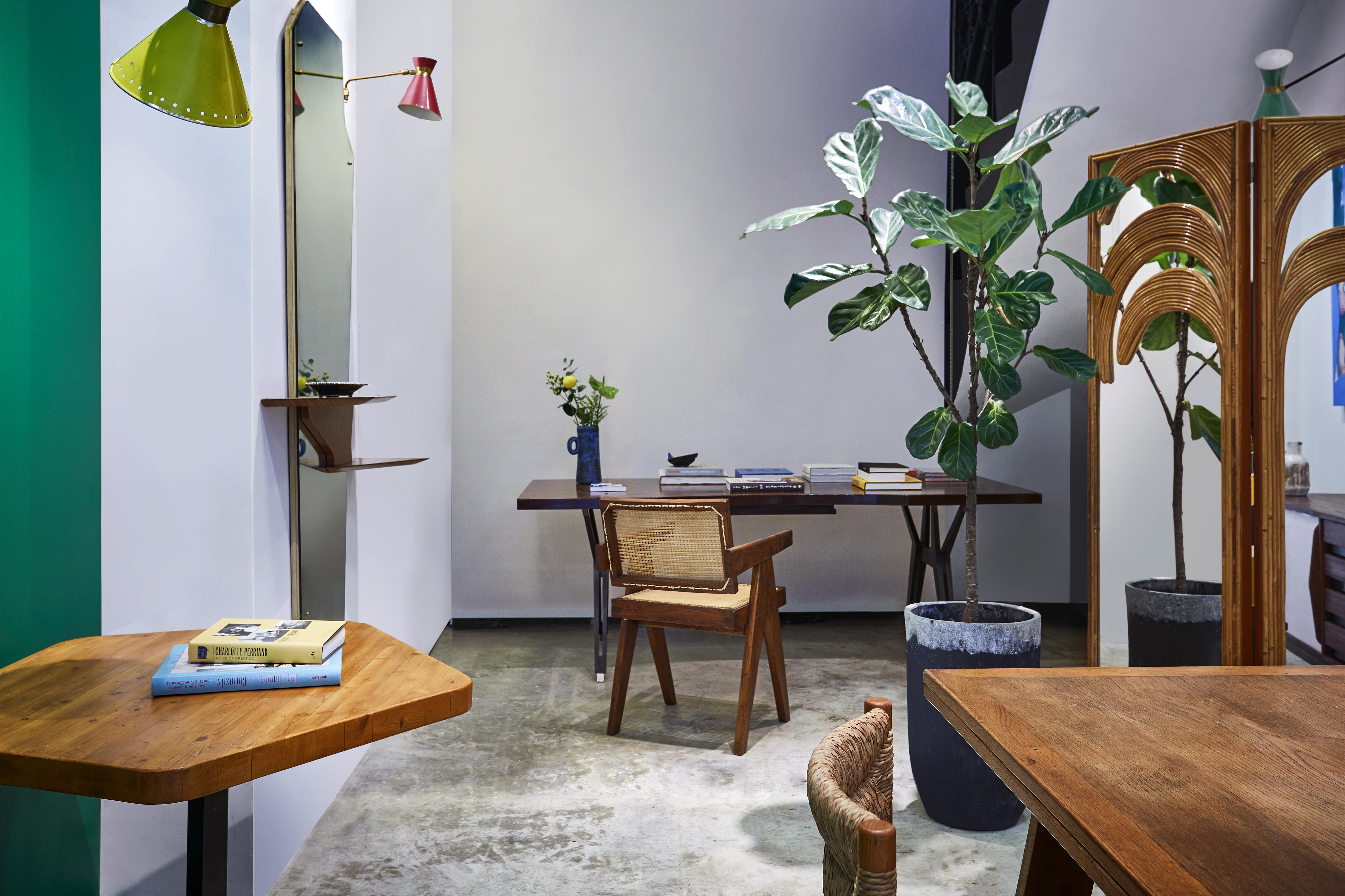 二人把空間設計成客廳,示範不同年代和風格的家具和藝術品可如何為配襯和展示。