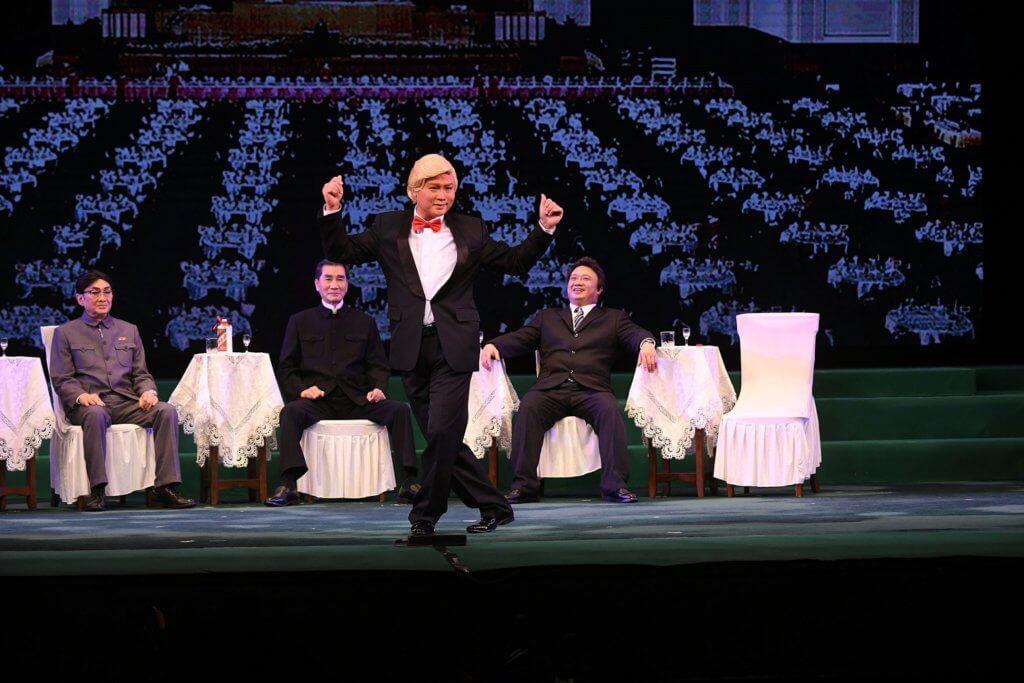 李居明並非首次在舞台上裝置大銀幕,作為轉換場景、輔助現場演出的「道具」。