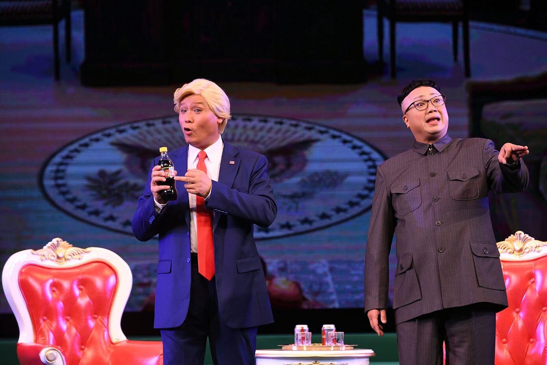 龍貫天(左)一人分飾毛澤東、特朗普和川普三角;陳鴻進(右)則演活了狂人金正恩。