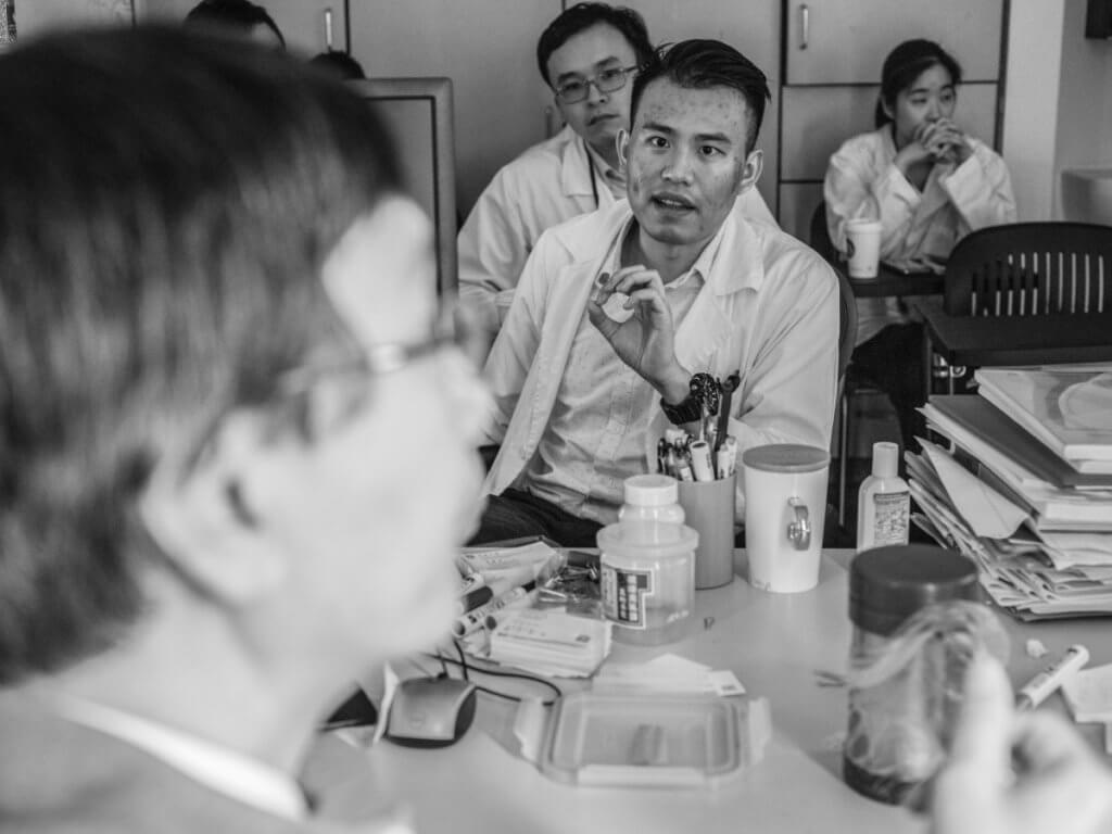 生們逐一以英語講述處理中的病人個案