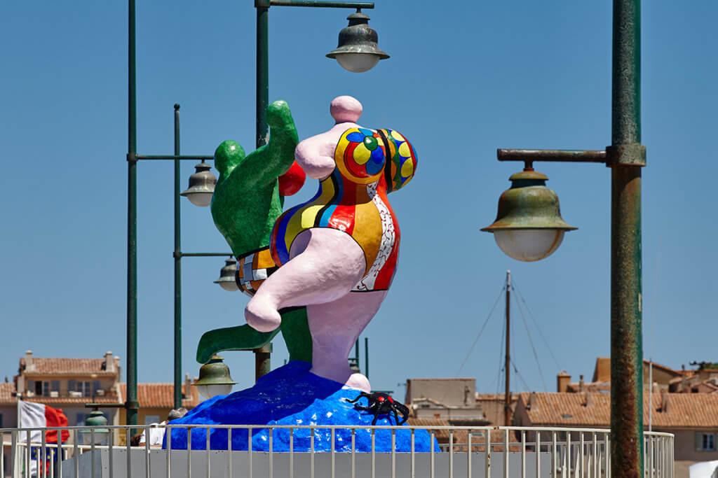 妮基創作了多個大型雕塑,包括《The Bathers》男女愉快地舞動。(法國五月提供)