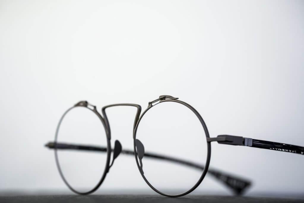 製作眼鏡的材料是來自棉花的棉短纖維,屬於一種天然纖維。