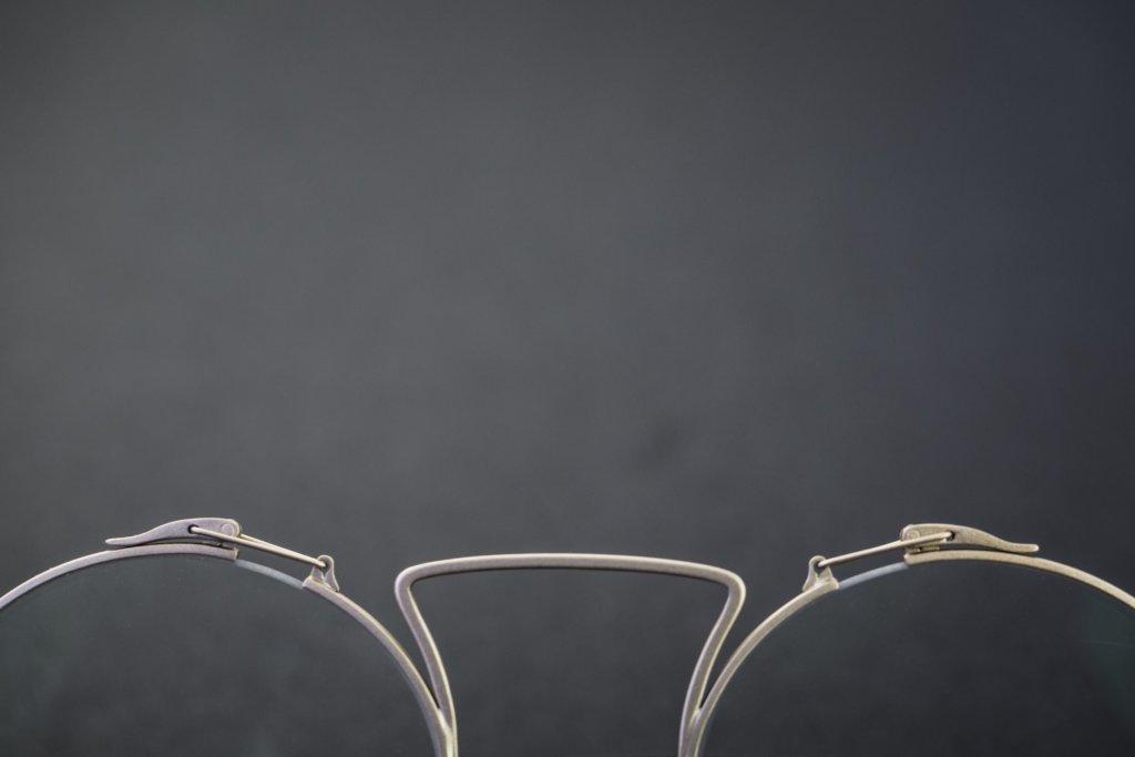 特製的彈弓鉸鏈,是意大利的優質板材打造,鼻托部分採用特製軟膠,長期佩戴也不怕鼻樑不適。