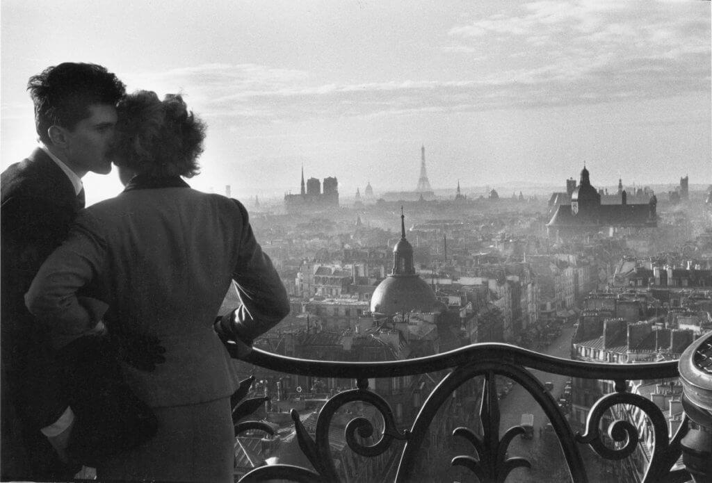 巴黎的情侶是他經常拍攝的主題之一,符合大家對花都的浪漫想像。《Lovers at the Bastille》, 維利.羅尼,1957年。(法國五月提供)