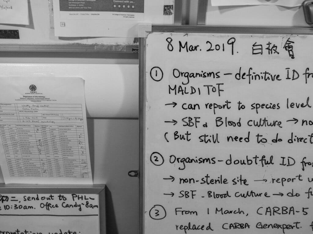 實驗室內的白板上寫滿最新資訊