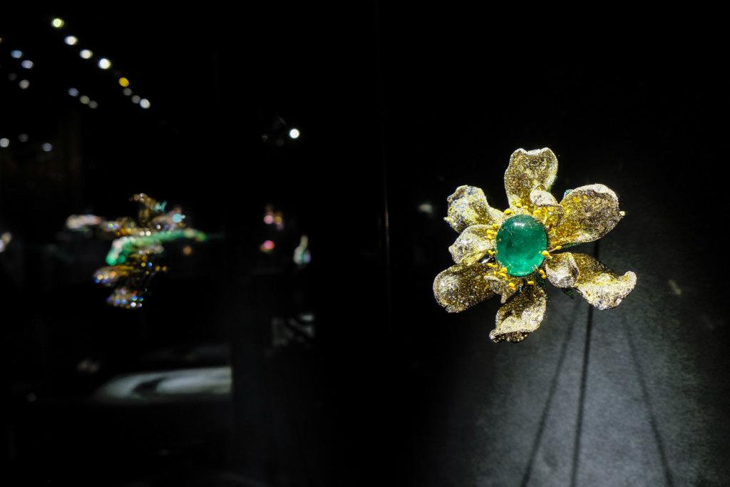 Cindy Chao經常由大自然取得靈感,這枚瑪格麗特胸針的主石為一顆84.89克拉蛋面形祖母綠,再以3500顆黃白鑽構成花瓣,更細緻是底部由2570顆沙佛萊石鑲嵌而成的花托,極致完整地呈現花的姿態。