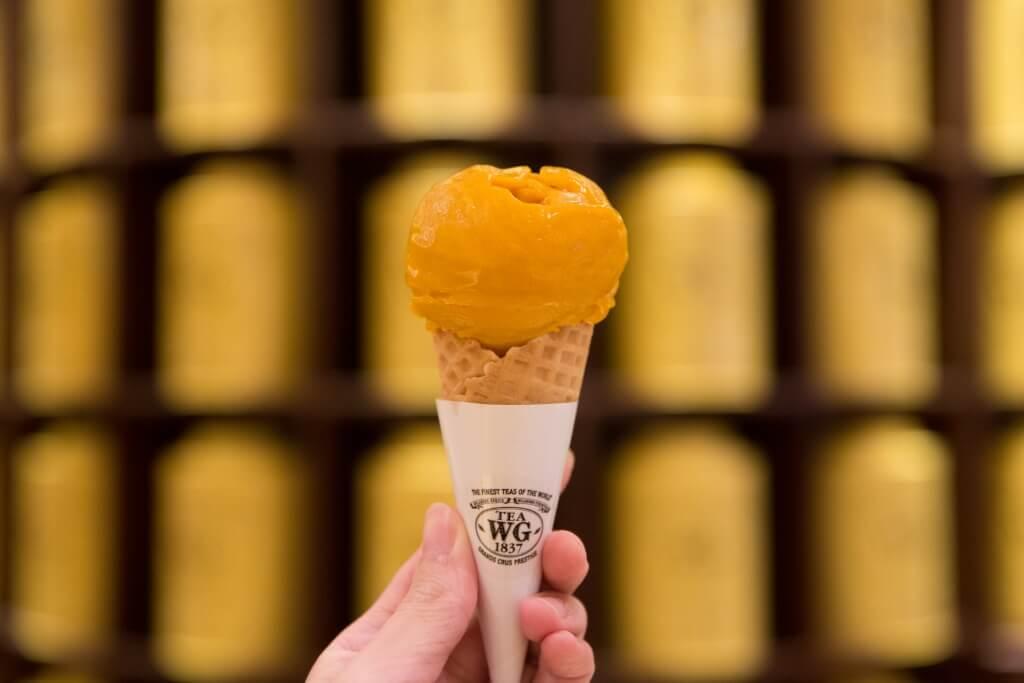 艾方索黑茶雪葩 // 酸酸甜甜的芒果味,隱約帶有茶香,兩者在提醒大家又到芒果的季節。 $38(單球)、$68(雙球)