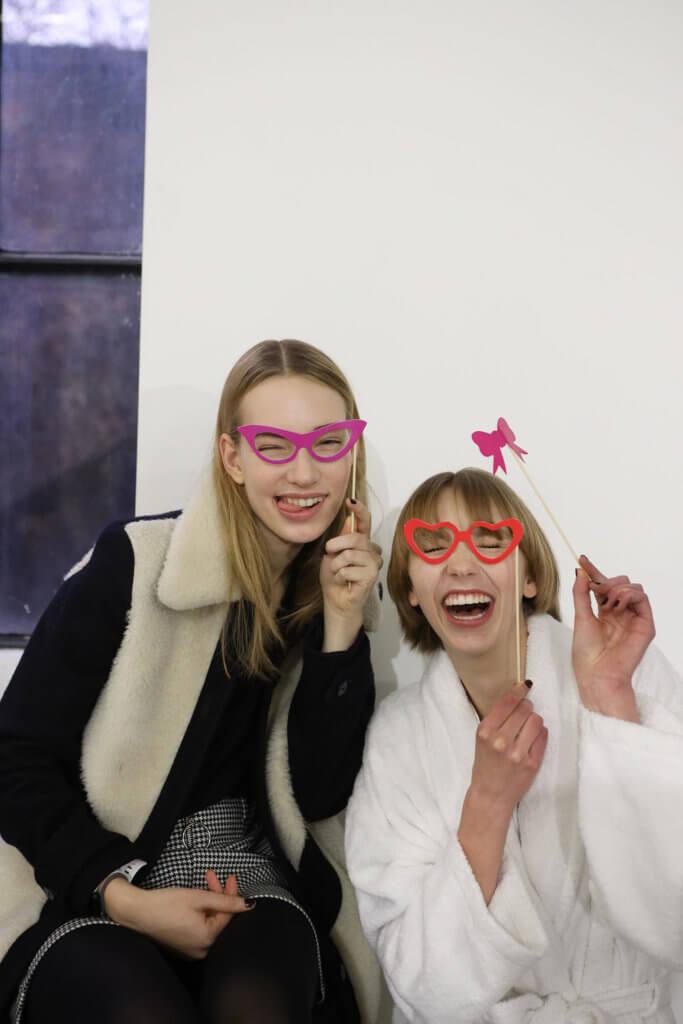 (左) 名字:Sara Kemper 職業:模特兒 最快樂的事:時裝騷吃到好吃的食物已經好幸褔了! (右) 名字:Bente Vort 職業:模特兒 最快樂的事:每一天活着也感恩