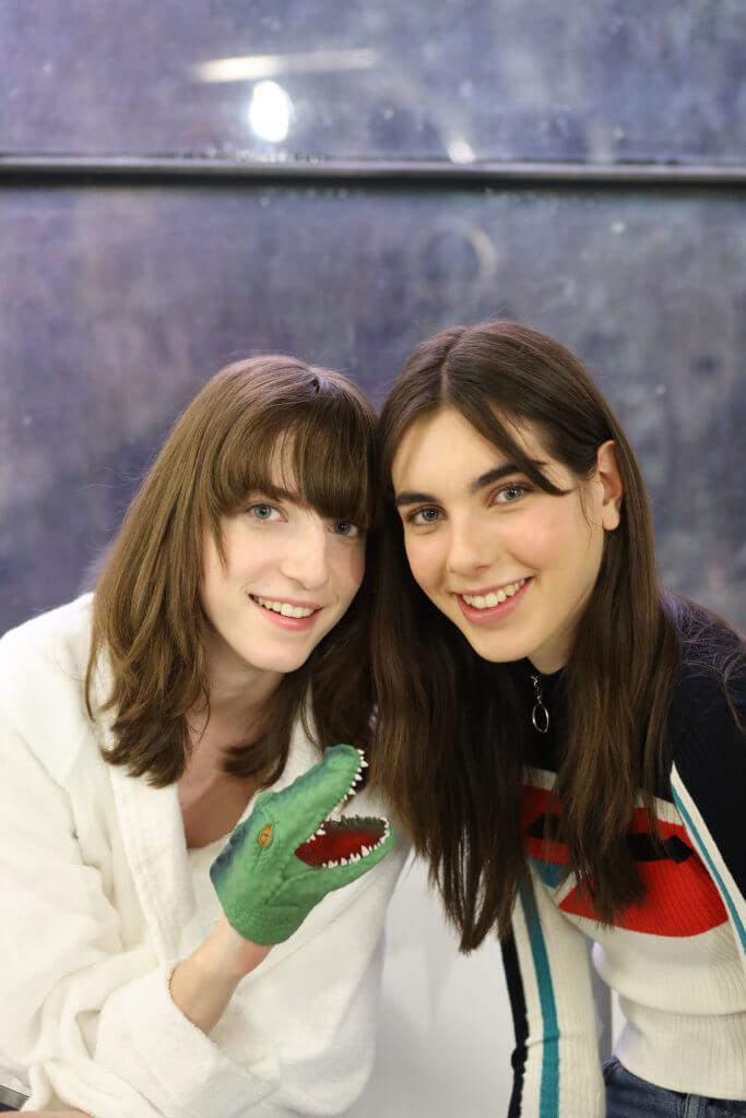 (左) 名字:Evelyn Ngay 職業:模特兒 最快樂的事:愛、吃東西、朋友、家人 (右) 名字:Madeleine Knighton  職業:模特兒 最快樂的事:與家人和朋友一起吃吃吃吃