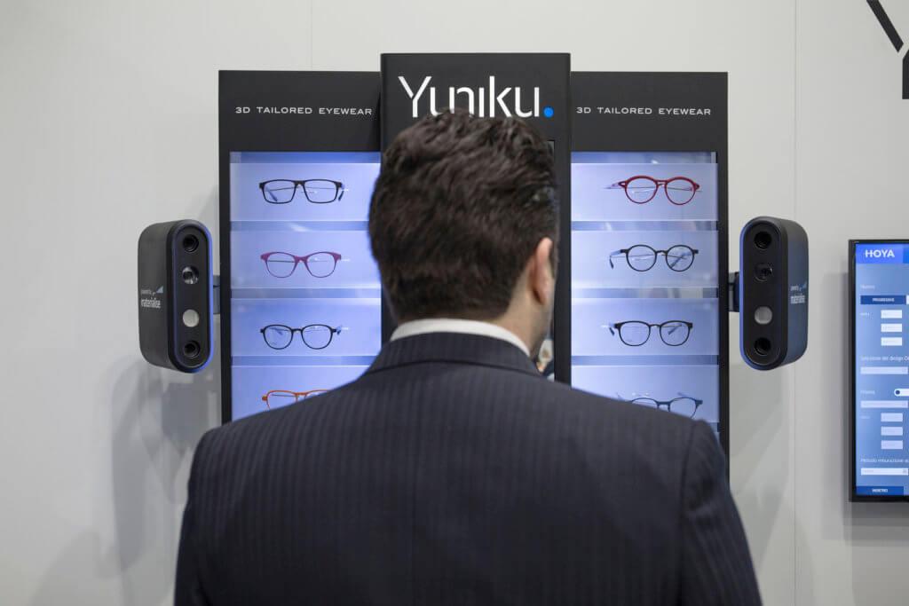 Materialise找來HOYA一起研發新一套軟件Yuniku。首先使用3D掃描頭顱,收集客人臉部特徵的數據,根據分析出的面部和視覺數據以確認眼鏡與眼睛的最佳位置。