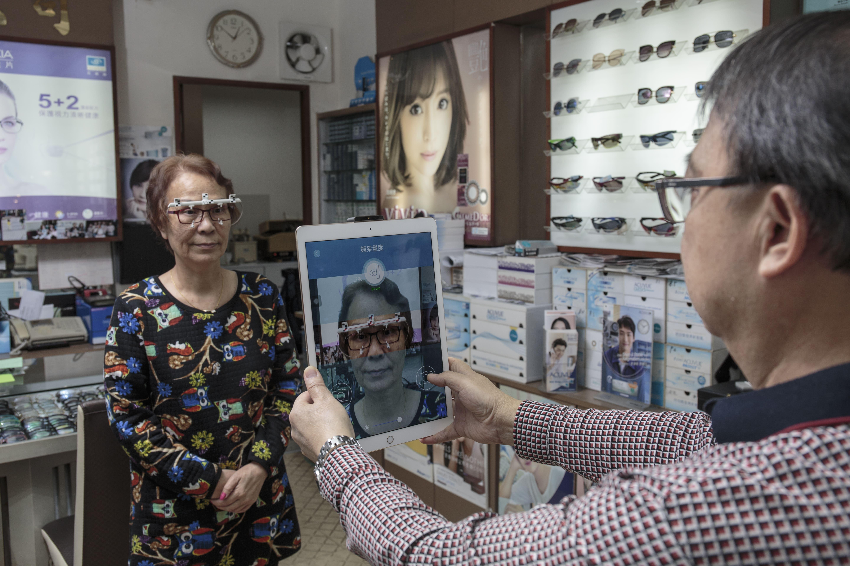 眼鏡店不忘與時並進,他們引入了配有量度老花漸進鏡度數應用程式的iPad,在其他眼鏡店也很少見。