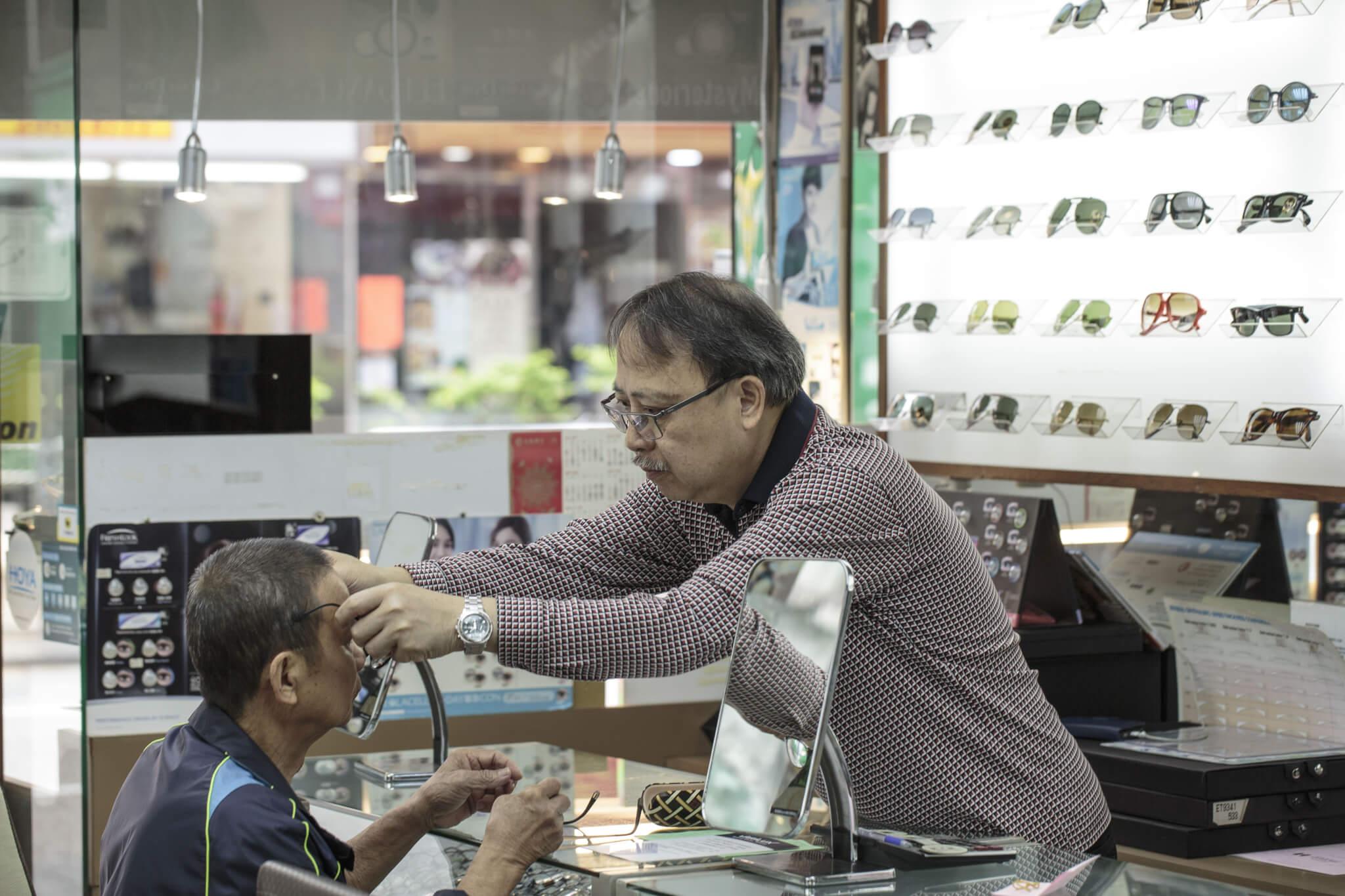 每天都有不少街坊來找周國華修眼鏡。