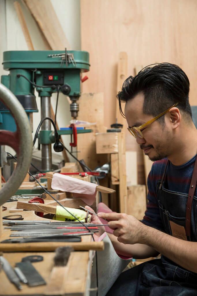 劉堅迪由眼鏡設計師轉為當上訂製眼鏡工匠,他最開心是見到客人的即時反應。