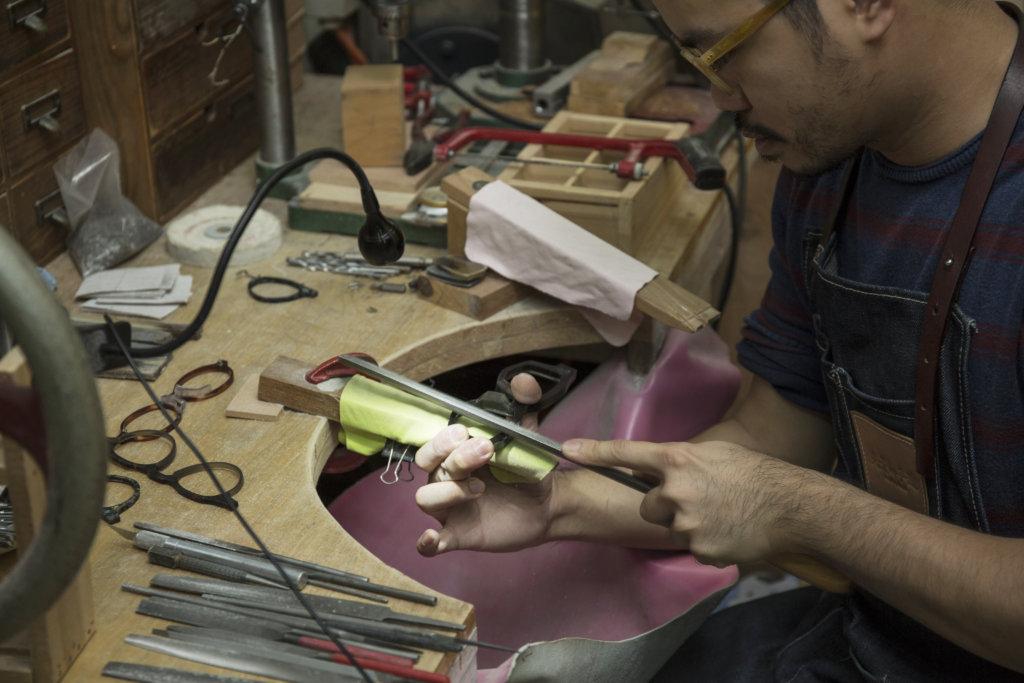 板材切出來的鏡框很厚,需要人手用銼刀打磨塑型