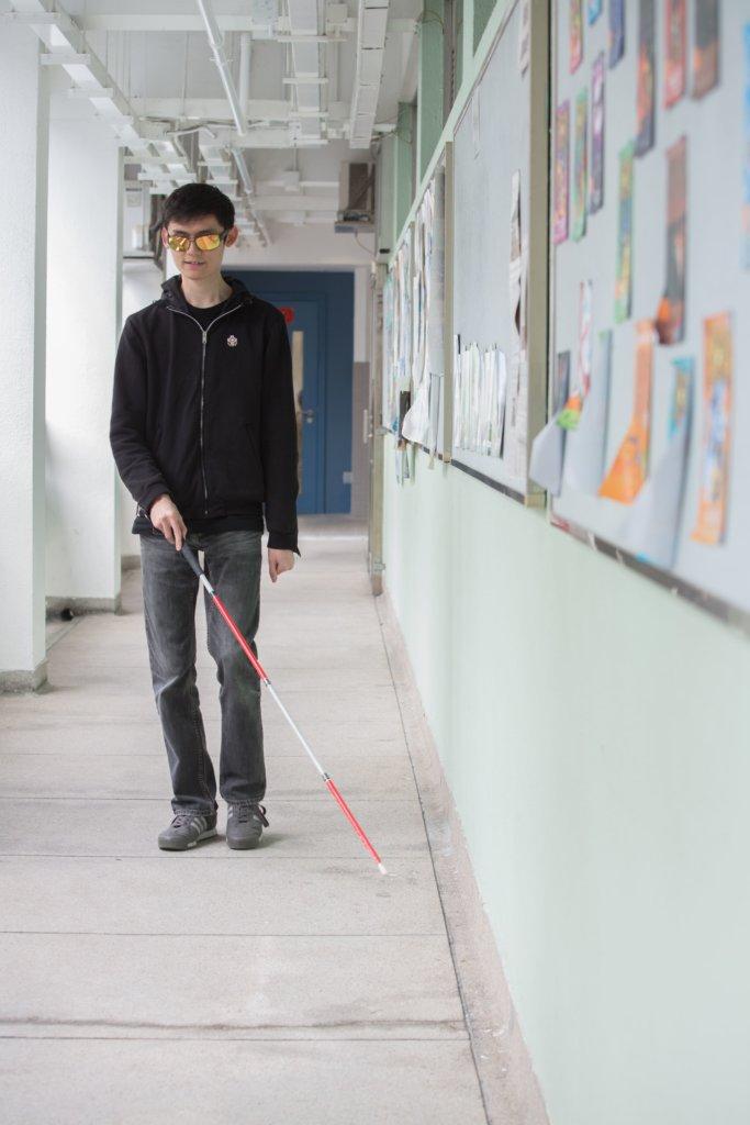 認路,對視障學生而言是一項挑戰。特別是中學的課程很多時都會在特別室上課,他們只能在同學協助下走過一遍又一遍,讓自己記得不同的路線。