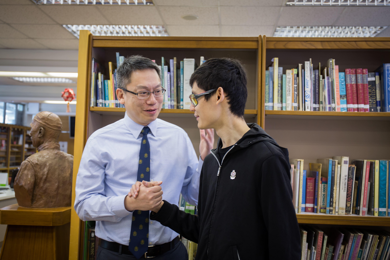 這次回到母校接受訪問,楊展匡特地來到圖書館,那幾部發聲的儀器已收起了,但碰到熟悉的老師,他馬上憶起昔日在圖書館奮鬥的時光。