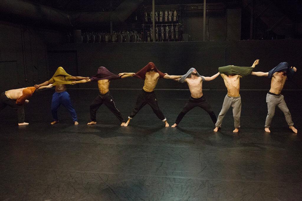 劇目《人民》由七位穿上不同顏色衣服的男舞者演出,眾人由分散的位置漸聚合並連成人鏈,那股強大的力量成功感染觀眾,掀起高潮。
