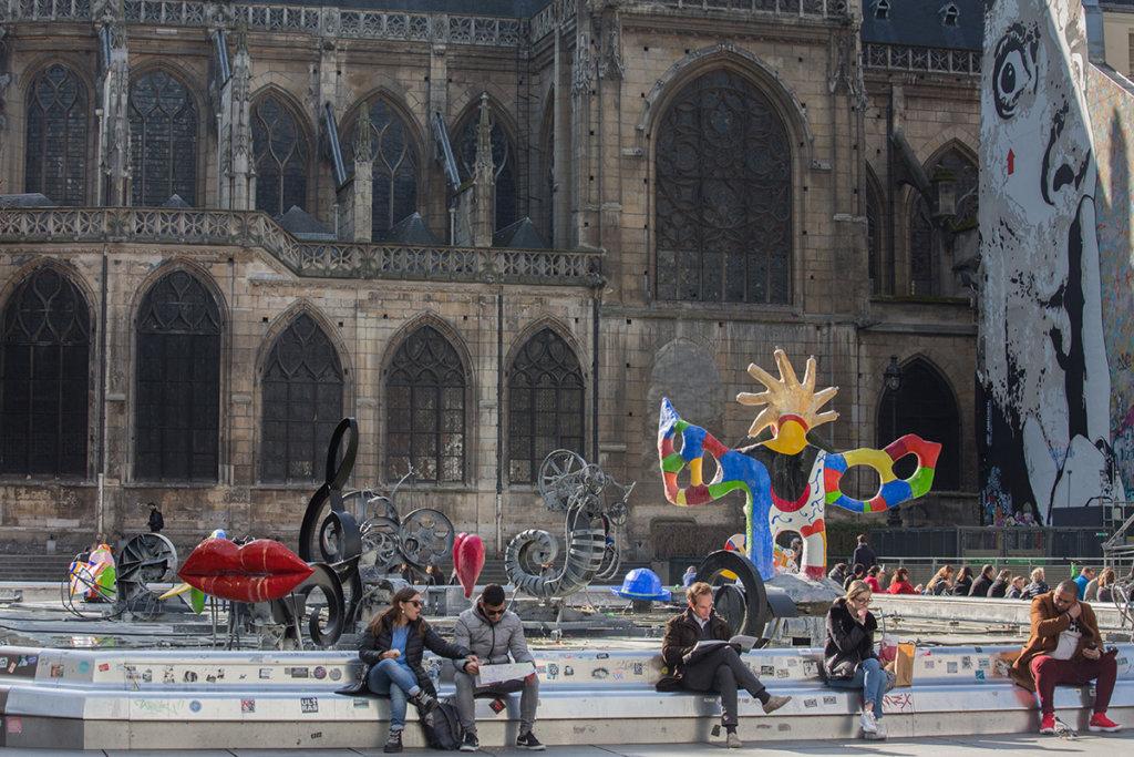 巴黎龐比度藝術中心旁邊有座斯特拉文斯基噴泉(Stravinsky Fountain)在1983年落成,裏頭放置了六組著名藝術家妮基創作的雕塑,每組作品都有她第二任丈夫尚.丁格利(Jean Tinguely)創作的鐵製動力藝術作品陪伴。