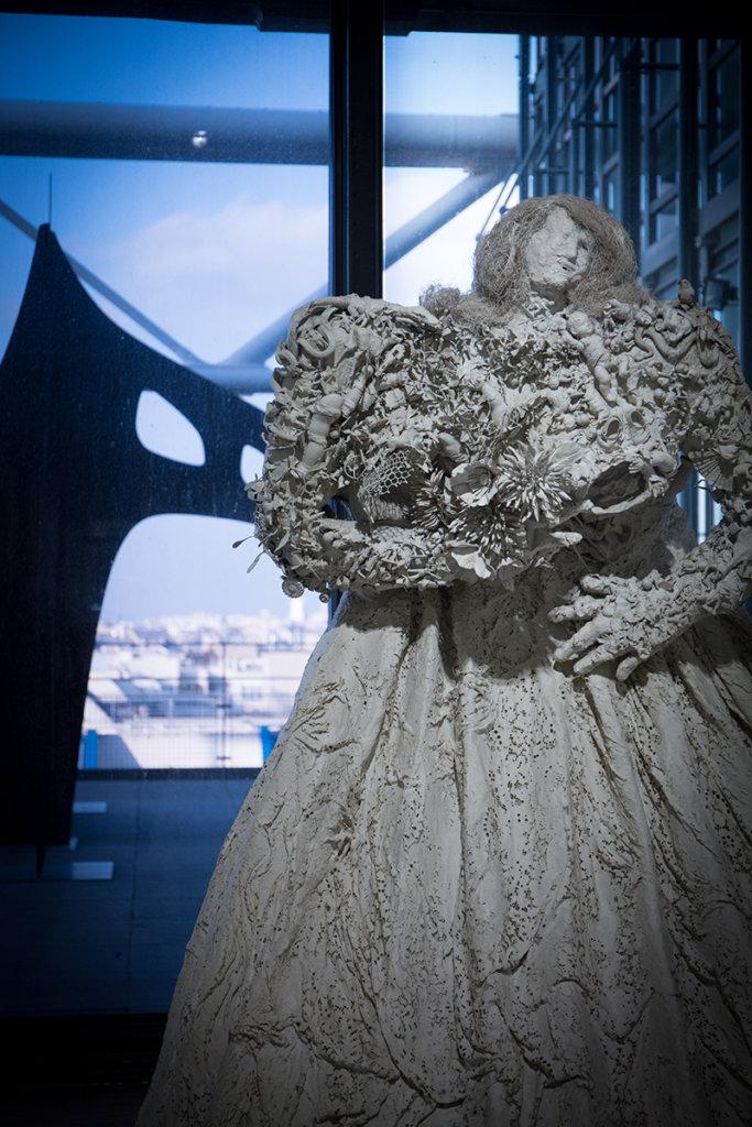 作品《Eva Maria》(1963年)穿上婚紗,但婚姻對當時的她來說卻非幸福的象徵,她甚至說過「婚姻是個體的死亡」,對於像她那樣家境富裕的女孩,自出生以來就要被父母推去婚姻市場。