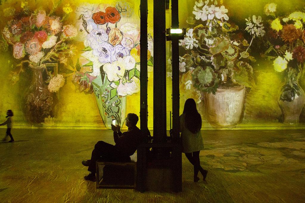 梵高畫的花用色強烈,放大至牆身後相當奪目,與以往在橘園美術館或奧賽美術館觀看真迹感覺不同。