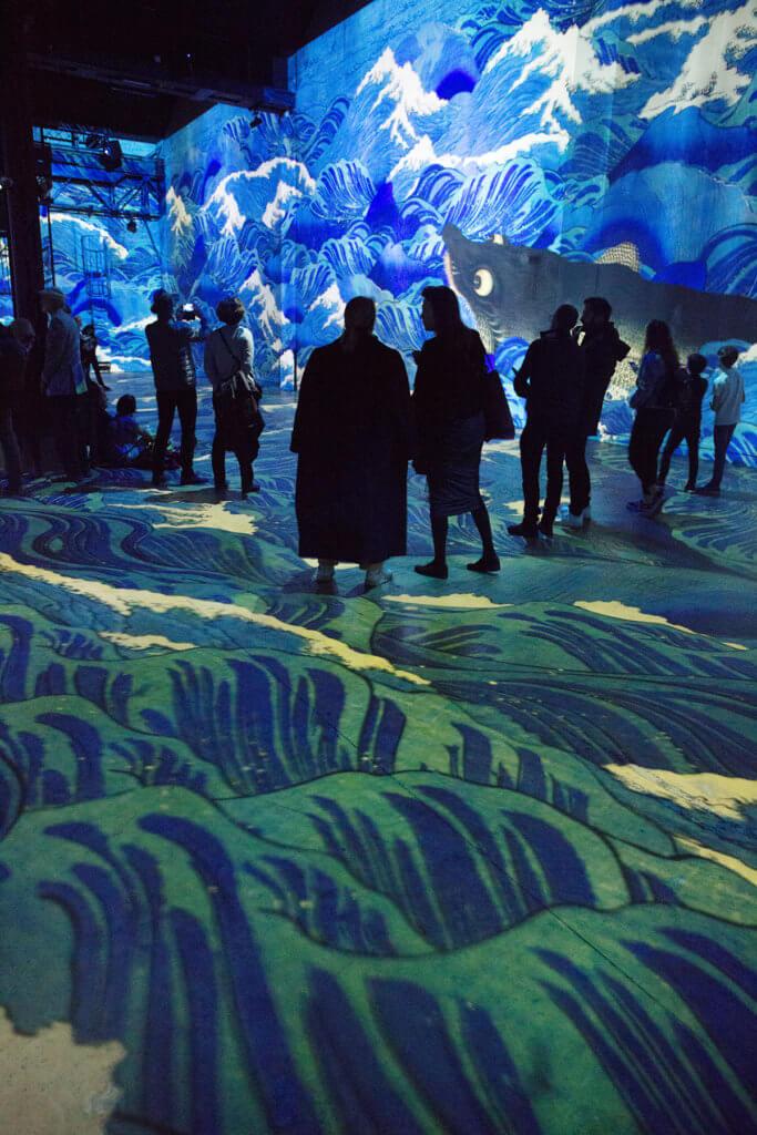 葛飾北齋的《神奈川沖浪裏》投影在牆身,整個地面的海浪都在湧動,疑幻似真。