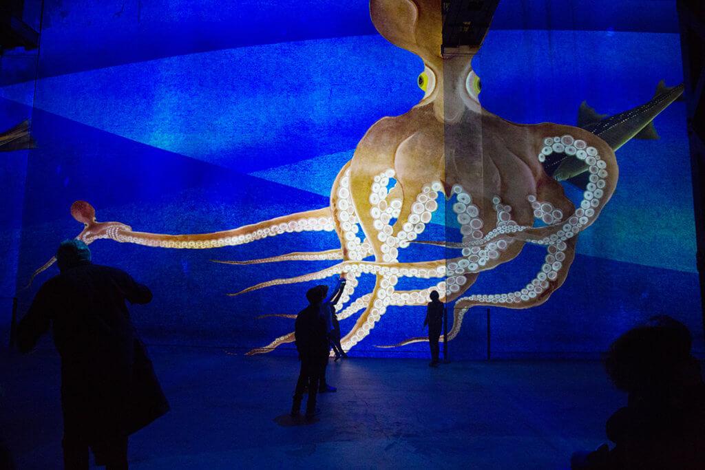 放大了無數倍的浮世繪八爪魚,令人好像潛進深海。