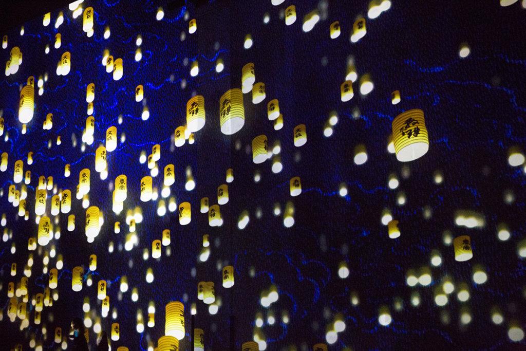 坂本龍一的曲子《Merry Christmas Mr Lawrence》伴隨無數天燈升上半空,作為影片收結,沒誇張,感動得令人毛管戙。